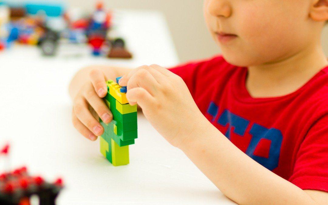 Beneficiile învățării prin joc încep acasă